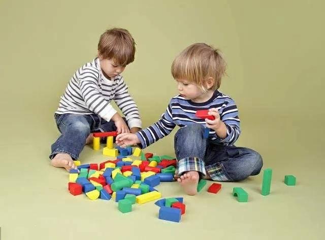 孩子,你知道妈妈为什么要让你把玩具和零食与小伙伴儿分享吗?