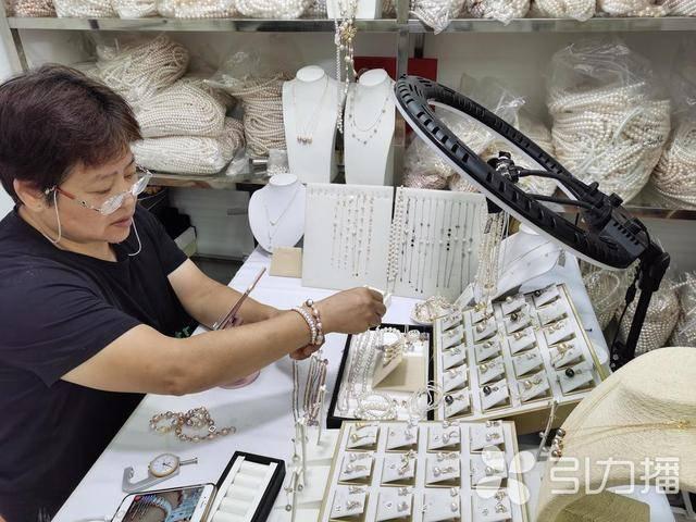 """苏州渭塘58岁养珠人仲杏英直播""""吆喝"""" 从业40多年迎来4次转型"""