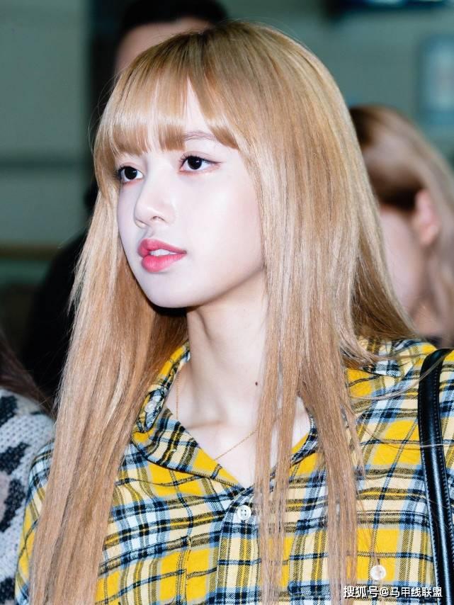 "Lisa拥有超高的颜值,被称为""人间芭比"",而肩部却不是很完美?"