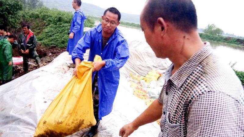 安徽明光:党员干部冲在前  防汛合力保家园