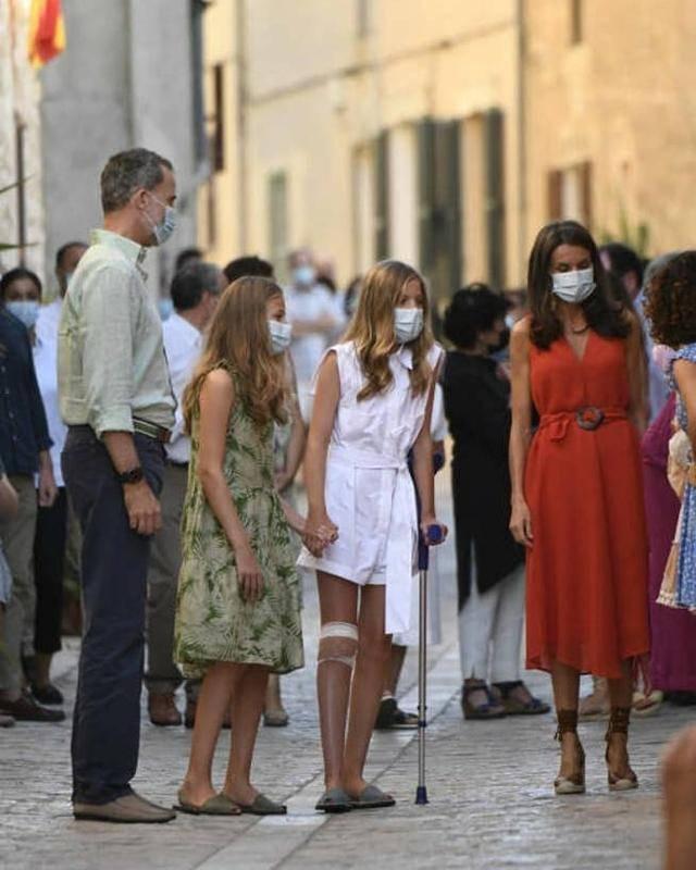 13岁就很敬业!西班牙小公主拄拐跟王后参加活动,长公主随身搀扶
