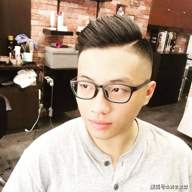 """男人35岁后适合留""""背头""""发型,很多人都不敢剪,其实特别帅气插图(3)"""