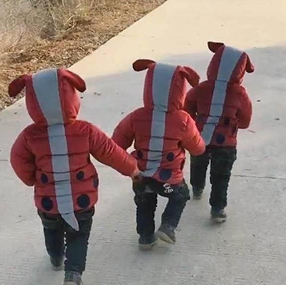 家里有三胞胎很有趣。我妈妈给他们买了同样的