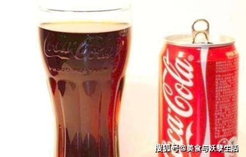 """适口可乐攻克饮料业""""霸主""""地位瓶子上"""
