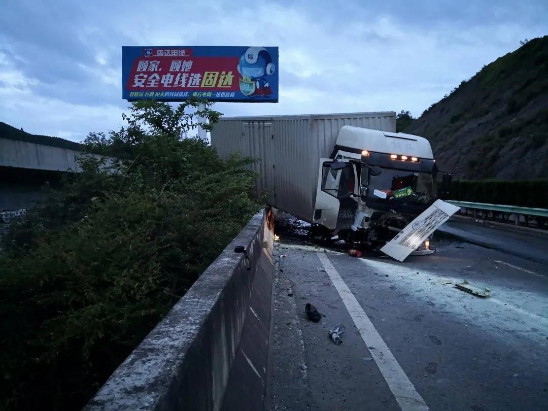 毕威高速上司机打了个盹,一辆厢式货车发