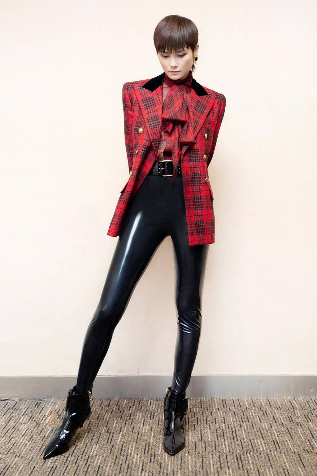 李宇春压轴表演,一身西装皮裤造型尽显超模范,腿长逆天!