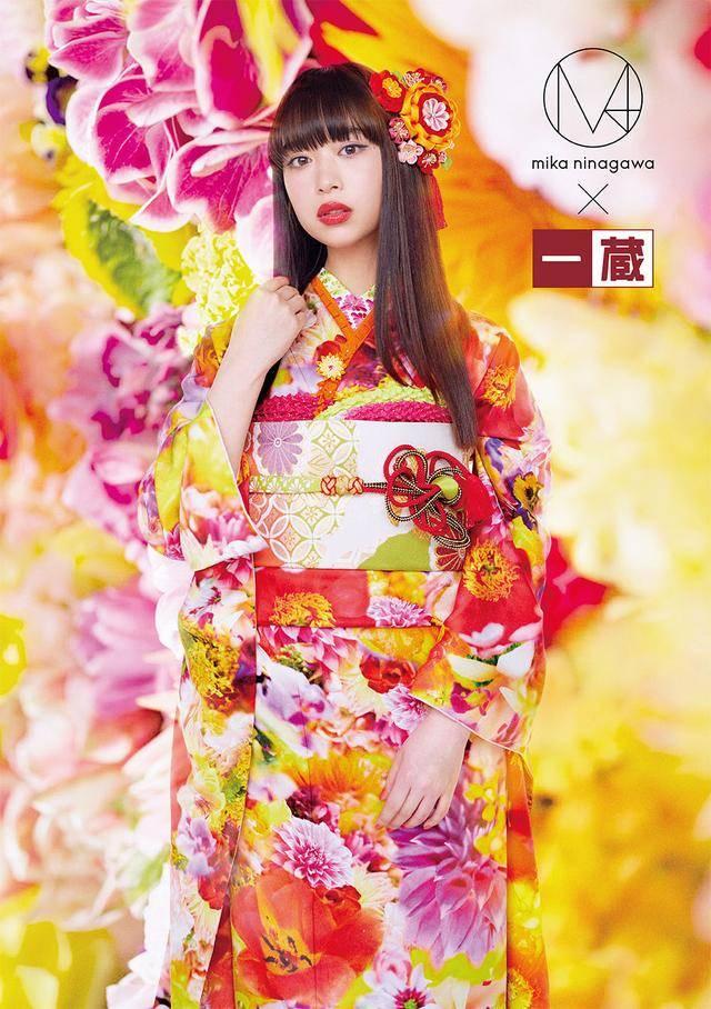 打败日本众多大师的天才美少女,穿针织衫秀好身材,咬勺子太诱惑
