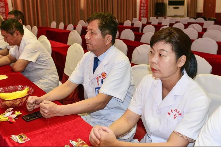 副院长张二秀领导全体与会人员重温中国医师誓词