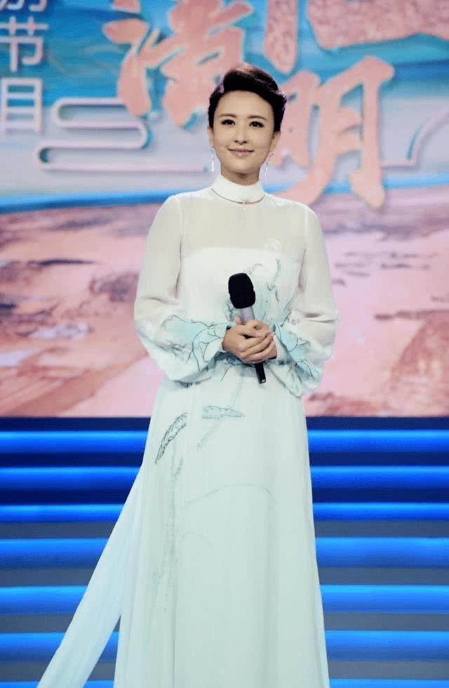 央视主持人气质都好,李梓萌打扮清爽高级,张蕾穿的温婉知性!