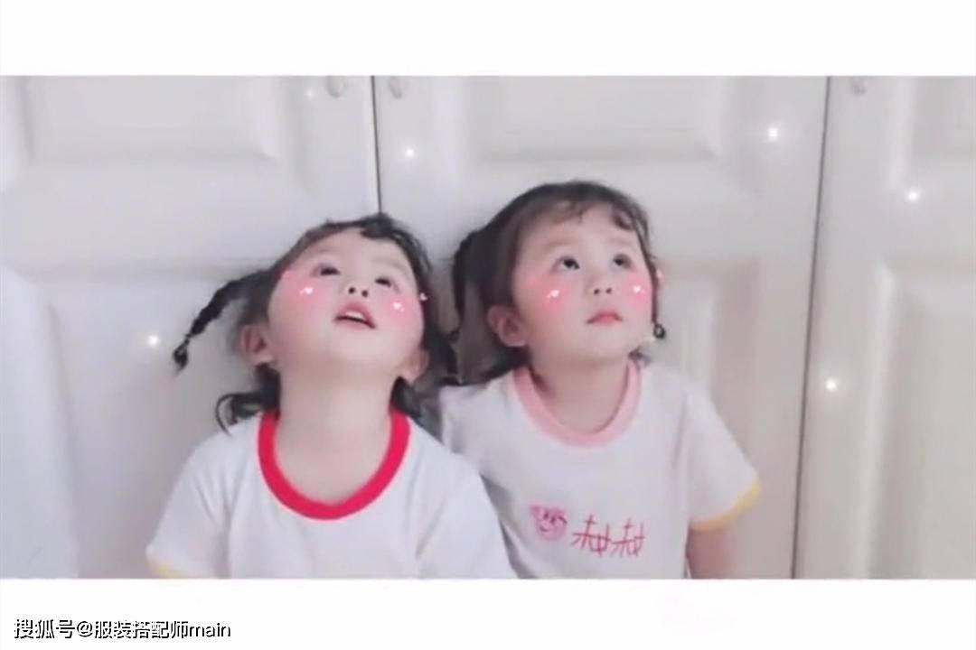 时尚要从小培养,4岁双胞胎萌娃颜值爆表,穿搭时髦比大人都高级