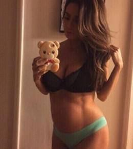 怀孕8个月孕肚变腹肌,超模对自己要求太狠了,网友:放过孩子吧