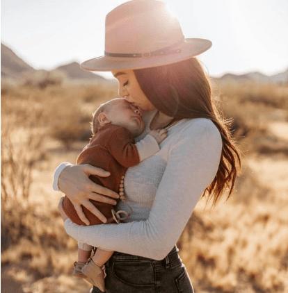 应采儿晒一家合照,夫妻抱娃笑容满面,宝宝出生多久可以抱出门