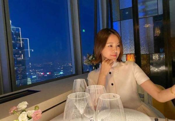原创佟大为夫妇13周年,关悦穿白色连衣裙配短发,淡妆减龄又气质