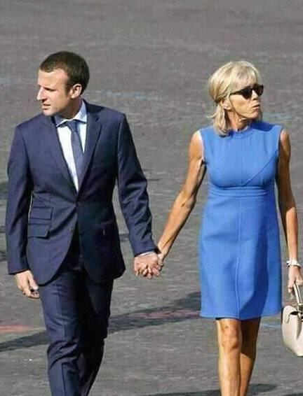 原创65岁的法国第一夫人穿蓝色裙子,搭配夸张戒指,气质优雅很减龄!