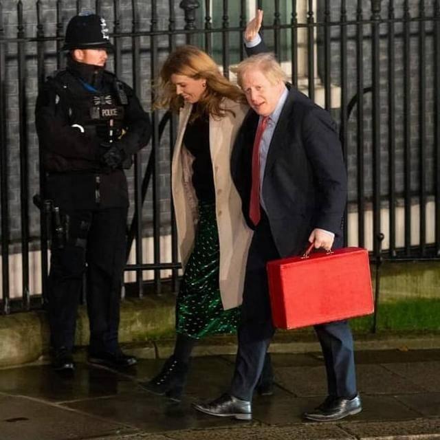 原创英国首相携子度假!梅根同款抱娃姿势抢镜,32岁妻换发型不敢认
