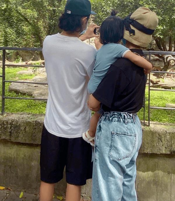 袁弘夫妇与好友庆生,张歆艺端着碗连哄带追喂儿子吃饭,超有爱