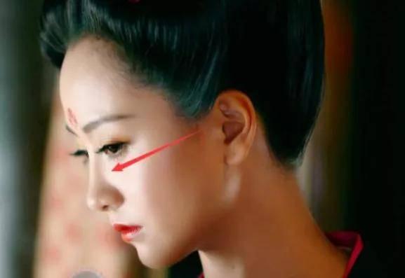 原创             她都这么红了,到底还有什么执念非要N次换头成眯眼怪啊?
