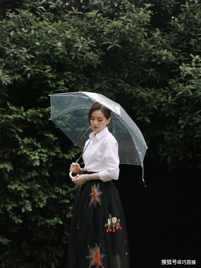 原创             《亲爱的自己》发布会,刘诗诗白衬衫配印花裙,气质竟然slay全场