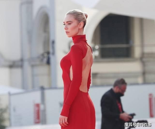 原创             白寡妇太欲了!一袭红色高定礼服走红毯惊艳全场,精致如希腊雕像