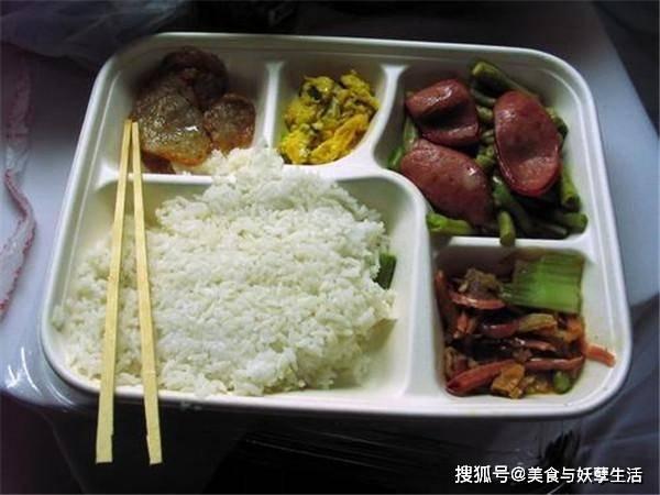 显然有盒饭,为什么我们更喜欢在火车上吃方便面呢?连列车长都知道这一点。 火车上盒饭有发吗