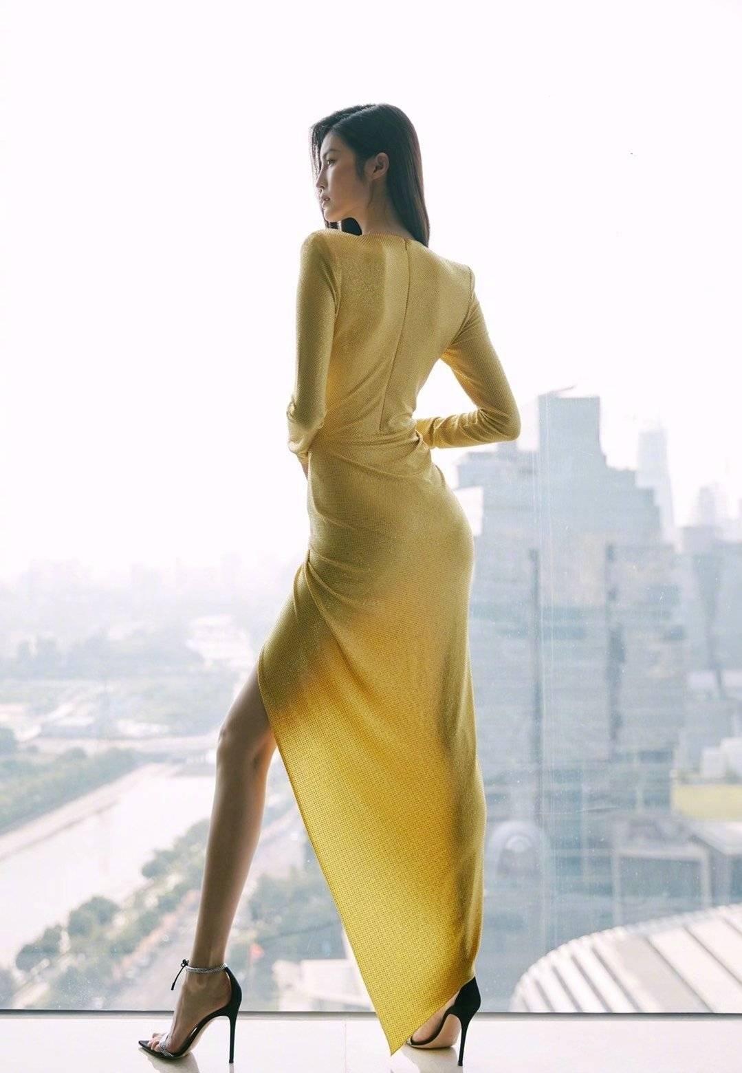 原创             何穗真是个时髦精,穿V领花朵针织衣大方明媚,女神范儿十足