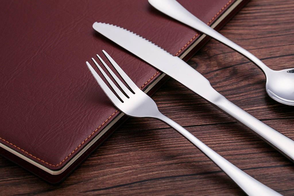 为什么我国古人用筷子吃饭,西方用刀叉,还有直接下手的