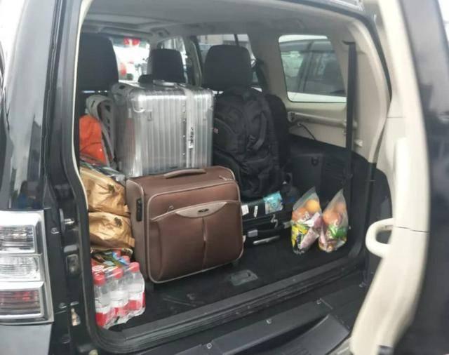 """很多人跑长途公路,后备箱里只有水?老司机笑着说:""""这是个新手。"""" 起亚狮跑 后备箱尺寸"""