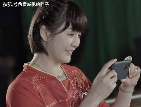 国乒队拍写真,陈梦麻花辫造型,身材纤细,模特兼摄影师笑容甜美