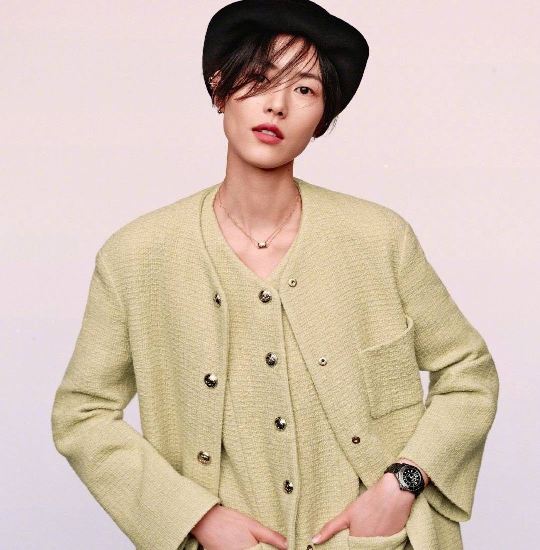 原创             32岁刘雯大片造型来袭,穿红色皮衣展冷厉气场,真不愧是超模