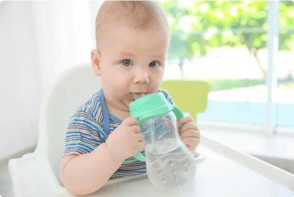 0-3岁的宝宝该如何科学饮水,年龄段不一样,水分摄入量也不同