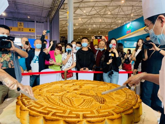 重庆月饼节再掀高潮,净重半吨的月饼王30分钟内被万人分食一空