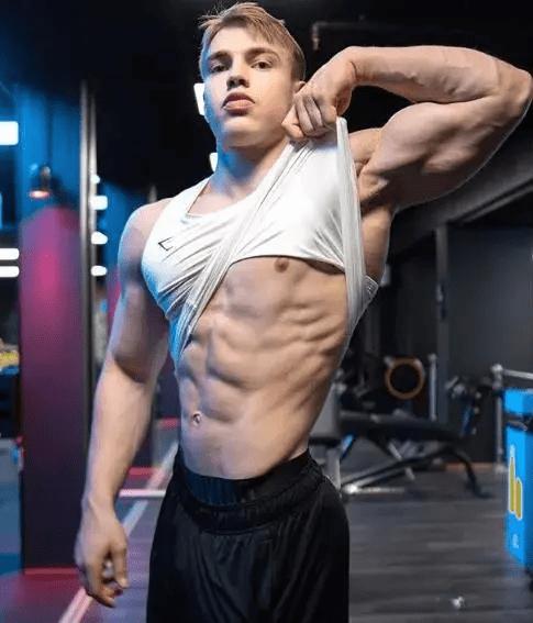 肌肉野兽初长成,18岁暴击少年的肌肉身材,长江后浪推前浪