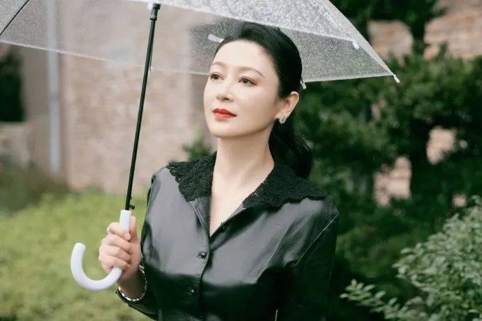 51岁陈红穿皮衣撑伞凹造型,皮肤松弛眼神疲惫,大美人气质不再