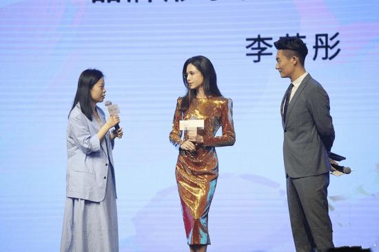 54岁的李若彤身材曲线: