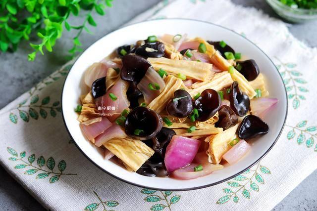 这菜特别适合减肥中的人吃,营养高0脂肪,鲜嫩又可口,做法简单