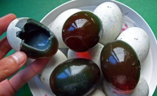 皮蛋虽然好吃,但却不适合多吃,尤其一些人是不适合吃皮蛋