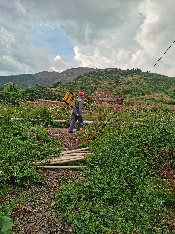 南方电网云南曲靖宣威供电局快速抢修恢复20多户村民正常用电