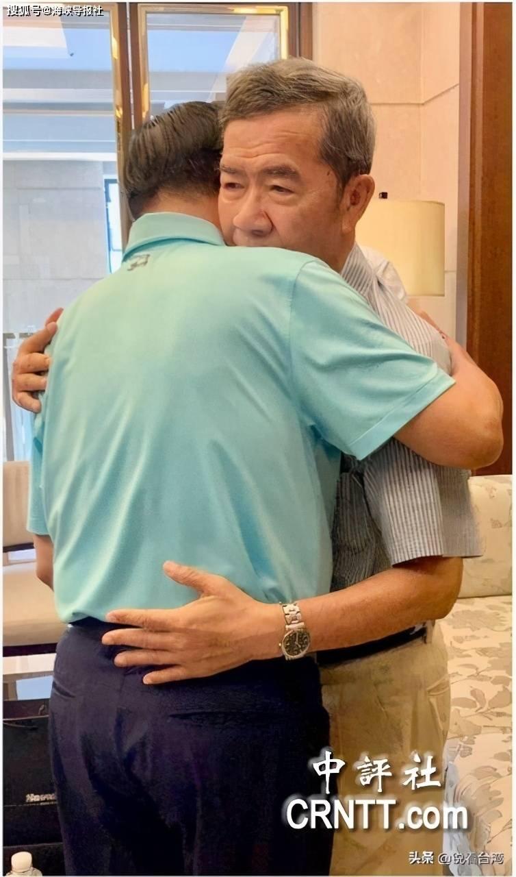 两贪污犯惺惺相惜!十年后见面,陈水扁与陈其迈父亲紧紧相拥