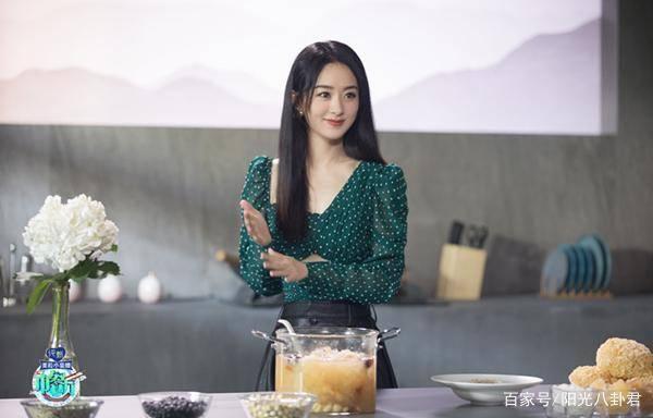 赵《中餐厅》揭秘品质 不停翻动着餐桌上