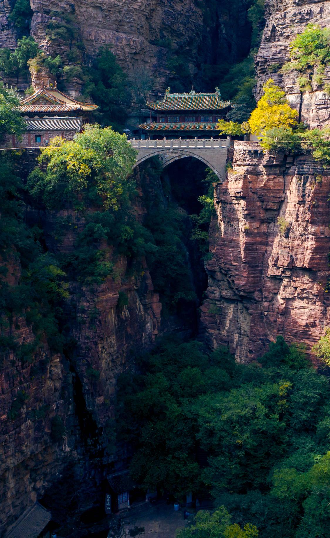 """凌空飞架!河北有座""""悬空寺"""",横跨断崖绝壁间500年,堪称奇观"""