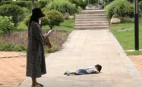 孩子躺在地上 妈妈淡定的玩手机:看谁能