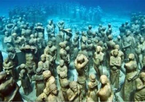 """国外小伙潜水时,发现海底有""""人群""""聚集,看仔细后吓得赶紧上岸"""