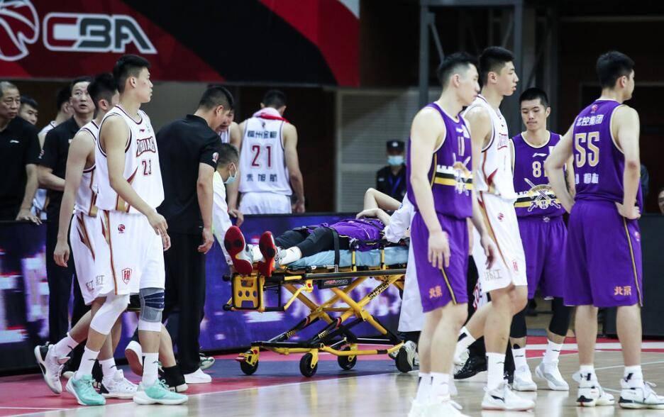 取得季前赛2连胜,俞长栋遭垫脚被担架抬出场外,马布里赶紧喊停比赛