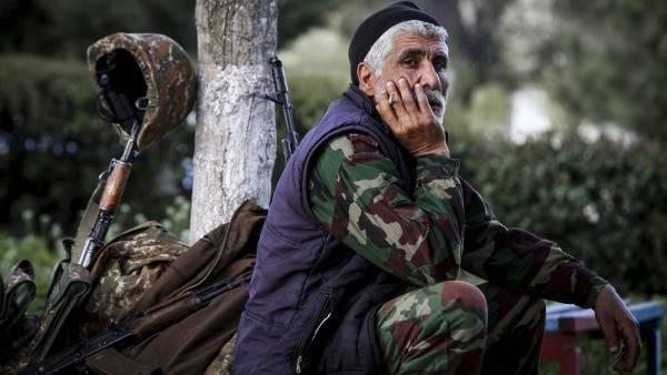 原创   亚美尼亚发动全民,大批老人扛枪上前线,阿塞拜疆公开处决战俘    第1张