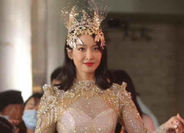 金鹰女神礼服设计者称后背是大v绑带,可宋茜后背只有一根绳子!
