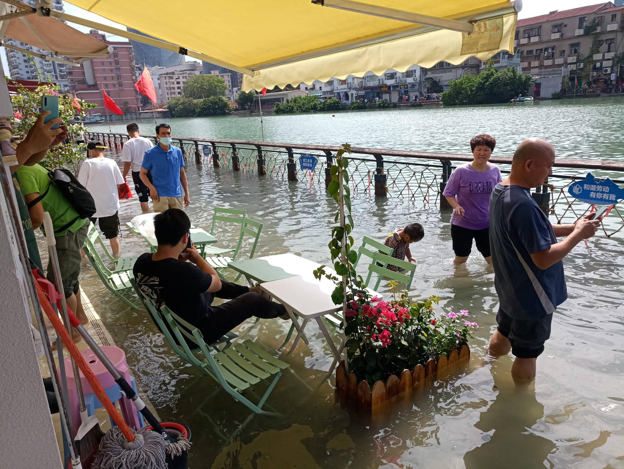 厦门海域迎来今年最大天文大潮,天朗气清,沙坡尾却出现漫堤现象
