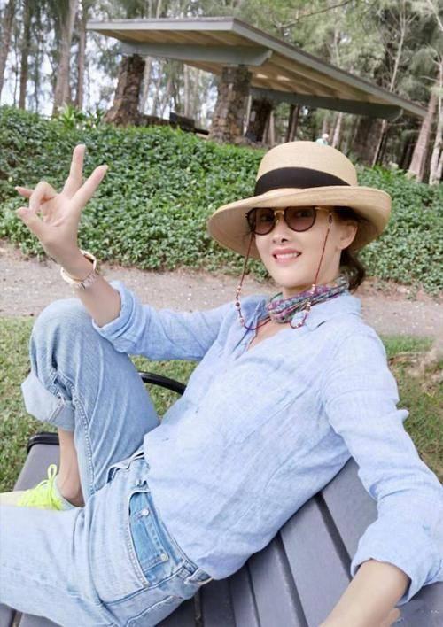 牛莉跟素人合影气质好,穿着打扮像个贵妇,47岁一样漂亮!
