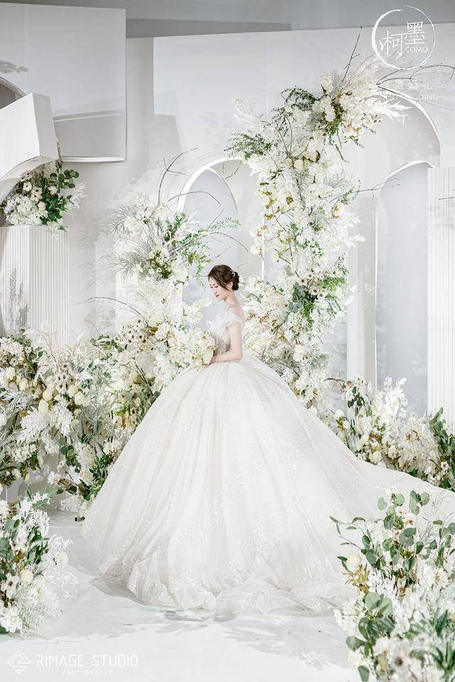 纯白配以植物绿,一场高级的欧洲婚礼 男生纯白
