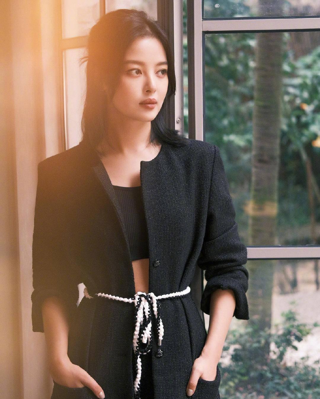 辛芷蕾换发型了!锁骨发搭配黑色时髦套装,气质高冷又不失时尚感