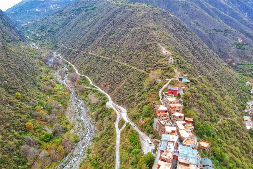 四川最有仙气的景点,位于2600海拔的山脊上,被誉为第二布达拉宫